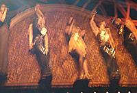 Kayos dasslock på scen