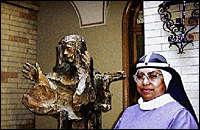 Sr. Martin foran statuen av Elisabeth Hesselblad i Birgittaklosteret i Roma. Foto: Åke Malm